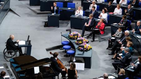 Wolfgang Schäuble begrüßt einige Gäste im Bundestag, unter anderem Ministerpräsident Daniel Günther.