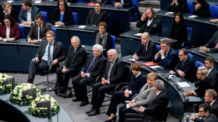 Daniel Günther, Wolfgang Schäuble, der Historiker Saul Friedländer, Frank-Walter Steinmeier, Elke Büdenbender, Angela Merkel, und Andreas Voßkuhle, Präsident des Bundesverfassungsgerichts gedenken den NS-Opfern im Bundestag.