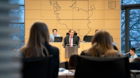 Ministerpräsident Daniel Günther sprach im Landesschülerparlament.