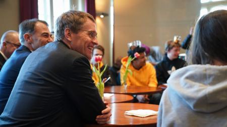 Daniel Günther unterhält sich mit Schülern.