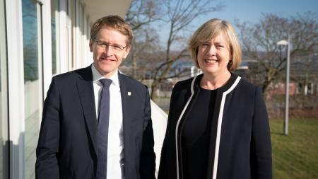 Ministerpräsident Daniel Günther und die australische Botschafterin Lynette Wood stehen gemeinsam draußen.