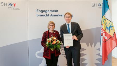 Marga Flader mit Ministerpräsident Daniel Günther.