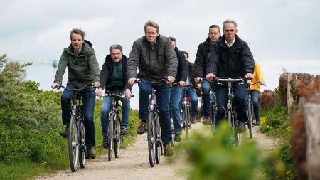 Menschengruppe auf Fahrrädern.