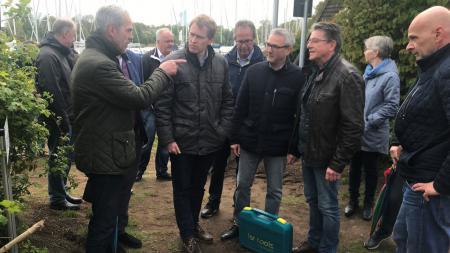 Ministerpräsident Daniel Günther unterhält sich mit einer Gruppe Menschen.
