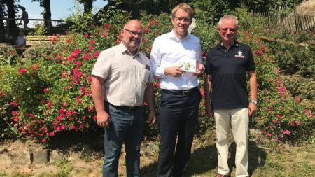 Lob für Engagement: Ministerpräsident Günther (Mitte) mit Detlef Kroll (l.) und Hans-Claus Schnack vom Verein Naturpark Hüttener Berge.