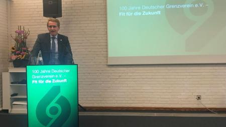 Ministerpräsident Daniel Günther steht an einem Rednerpult.