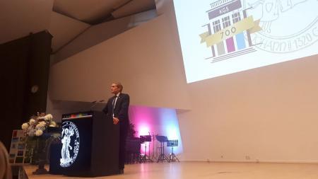 Ein Mann steht auf einem Podium an einem Rednerpult.