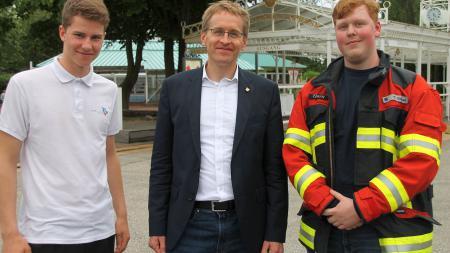 Ministerpräsident Günther (M.) mit dem Landes-Jugendforumssprecher der Jugendfeuerwehren Milan-Lars Lorenzen (l.) und Bundes-Jugendforumssprecher Tjark Steen.
