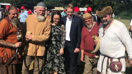 Ein Mann und eine Frau umringt von Männern, die als Wikinger verkleidet sind.