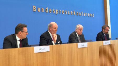 v.l. Holger Münch, Präsident des Bundeskriminalamtes,  Hans-Joachim Grote, Bundesinnenminister Horst Seehofer