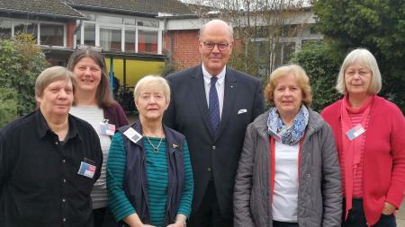 Gruppenbild von vier Frauen mit Innenminister Hans-Joachim Grote