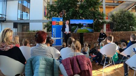 Staatssekretär Ingbert Liebing las den Kindern Märchen vor