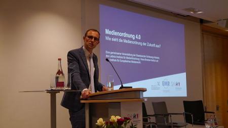 Staatssekretär Dirk Schrödter führt in die Veranstaltung ein