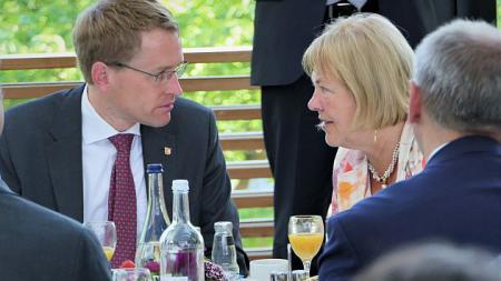 LV. Ministerpräsident Daniel Günther im Gespräch mit der Parlamentarischen Staatssekretärin Bettina Hagedorn