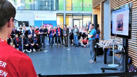 LV. Der Leiter der Landesvertretung Schleswig-Holstein Udo Bünnagel begrüßt die jungen Sportlerinnen und Sportler