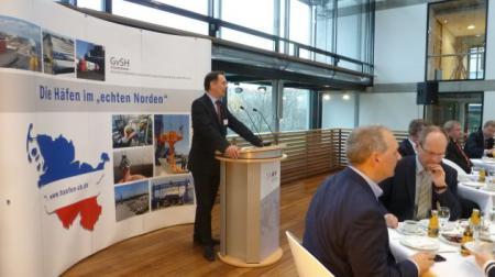 Staatssekretär Ingbert Liebing begrüßt die Gäste des Hafenfrühstücks