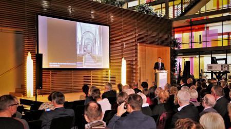 Staatssekretär Ingbert Liebing begrüßt die Gäste