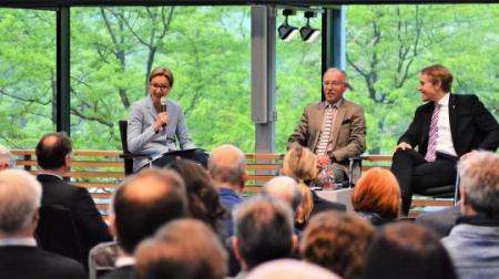 Bettina Schausten, Karl-Rudolf Korte und Daniel Günther auf dem Podium