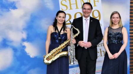 Staatssekretär Ingbert Liebing mit Asya Fateyeva und Valeriya Myrosh