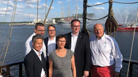 Ministerin Heinold (Mitte) und Bürgermeister Lindenau (2.v.r.) eröffneten die Travemünder Woche auf der