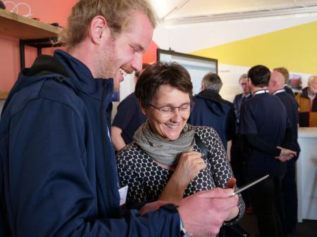 #mutverbindet: Finanzministerin  Heinold steuert einen Roboter