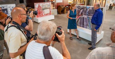 Ministerin Prien übergibt Bescheid über 25.000 Euro