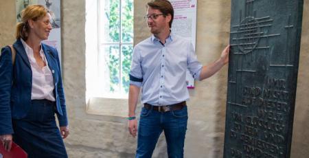 Ministerin Prien im Gespräch auf dem Scheersberg