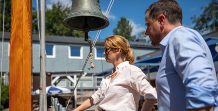 Ministerin Prien auf dem Steg der Hanseatischen Yachtschule
