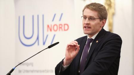Ministerpräsident Daniel Günther am Rednerpult.