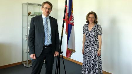 Ministerpräsident Daniel Günther und Elena Shekeletova stehen nebeneinander