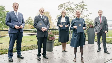 Verleihung des Landesverdienstordens an Jörg-Dietrich Kamischke (2.v.l), Annemarie Erichsen und Inken Völpel-Krohn durch Ministerpräsident Daniel Günther (r.) und den Minderheitenbeauftragten Johannes Callsen (l.).
