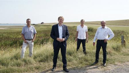 Vier Männer stehen am Beltringharder Koog.
