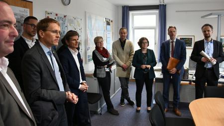 Heiner Garg stellt Ministerpräsident Günther die Mitglieder des Führungsstabs vor.