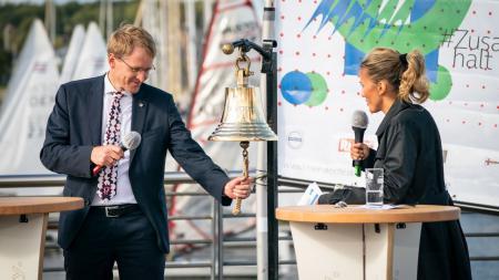 Ministerpräsident Daniel Günther hat die Kieler Woche mit dem traditionellen Anglasen, dem Läuten einer Schiffsglocke, eröffnet.