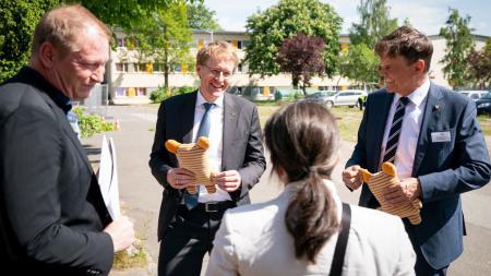 Ministerpräsident Daniel Günther spricht mit mehreren Personen.