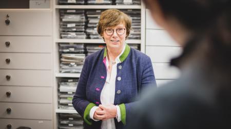 Ministerin Sütterlin-Waack lässt sich etwas auf einem Computer-Bildschirm zeigen.
