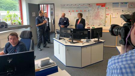 Sabine Sütterlin Waack im Gespräch mit Katastrophenschützern