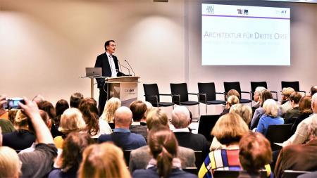 Staatssekretär Ingbert Liebing begrüßt die Gäste der Veranstaltung