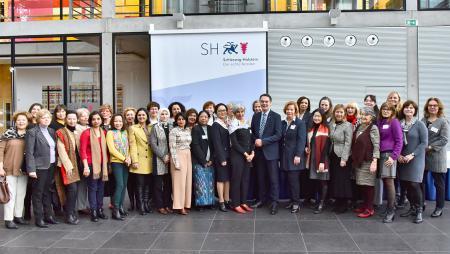 Staatssekretär Ingbert Liebing mit den Teilnehmerinnen des Diplomatenclubs im Atrium der Landesvertretung
