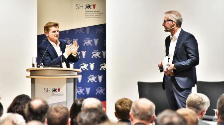 Minister Dr. Heiner Garg stellt sich den Fragen des Moderators Dirk Schnack, Leitender Redakteur Schleswig-Holsteinisches Ärzteblatt