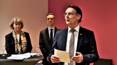 "Staatssekretär Ingbert Liebing begrüßt die Gäste des Empfangs ""Munition & Matjes"""