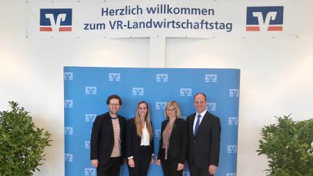 Vor einer Schautafel stehen Minister Albrecht und drei weitere Personen.