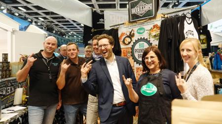Gemeinsam mit Anbietern aus Wacken posiert Minister Albrecht für ein Foto.