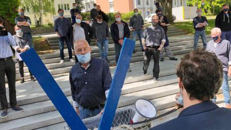 Mit Mundnasenschutz ausgestattete Männer demonstrieren für mehr Soforthilfe für die Fischer
