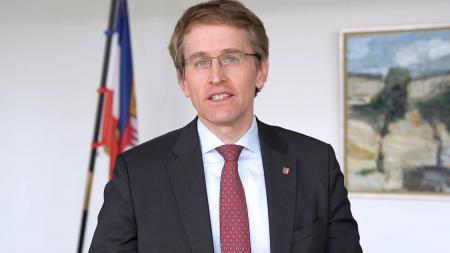 Ministerpräsident Daniel Günther sitzt in seinem Dienstzimmer am Schreibtisch.