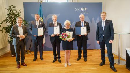 Ministerpräsident Daniel Günther und Gesundheitsminister Dr. Heiner Garg mit den vier Ausgezeichneten.