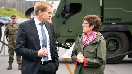 Ministerpräsident Günther und Verteidigungsministerin Kramp-Karrenbauer stehen gemeinsam vor einem LKW der Bundeswehr und sprechen miteinander.