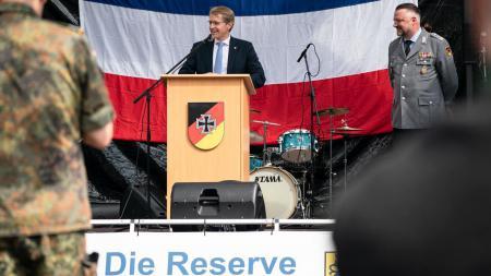 Ministerpräsident Daniel Günther steht auf einer Bühne.