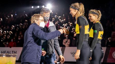 Ministerpräsident Daniel Günther gratuliert Kim Behrens und Sandra Ittlinger zum Gewinn der Bronze-Medaille bei der Deutschen Beach-Volleyball Meisterschaft in Timmendorfer Strand.