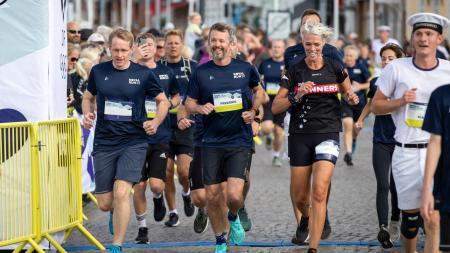 Ministerpräsident Daniel Günther und Kronprinz Frederik zu Dänemark überqueren gemeinsam die Ziellinie beim Royal Run.